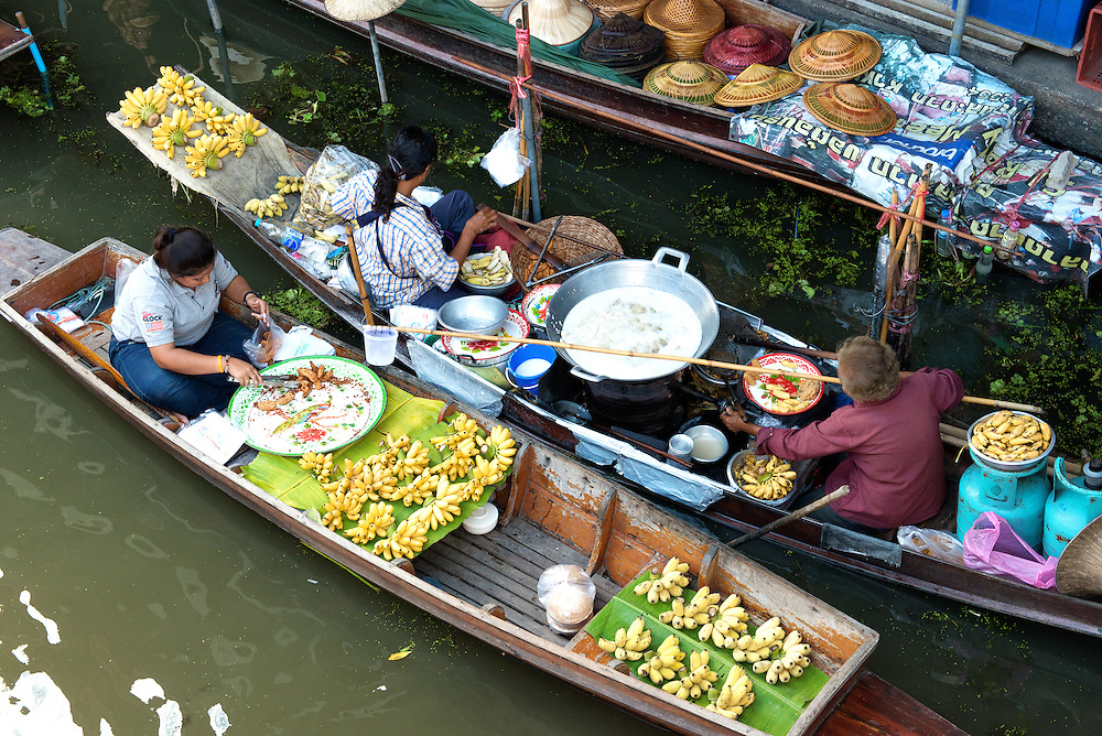 Vendors and Tourists at Damnoen Saduak floating market in Thailiand.