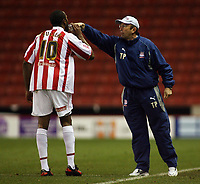 Photo: Paul Thomas.<br /> Stoke City v Cardiff City. Coca Cola Championship. 28/11/2006.<br /> <br /> Ricardo Fuller of Stoke (L) gets a drink after scoring from his manager Tony Pulis.