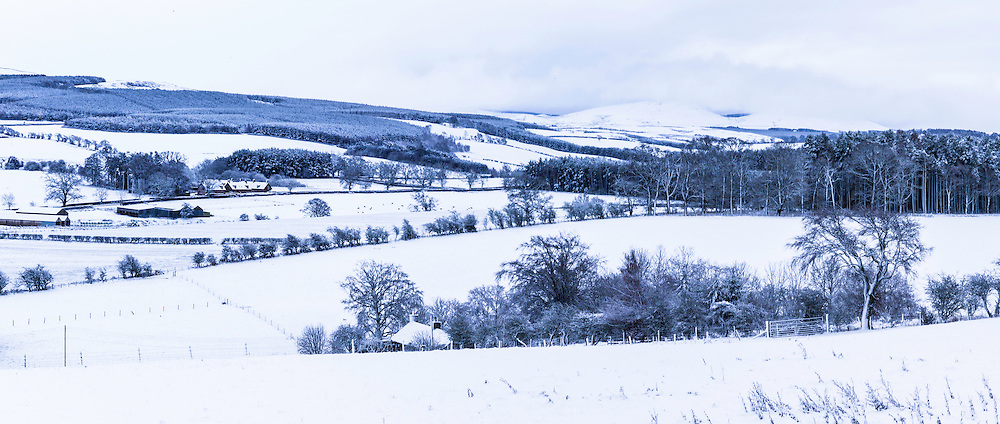 Oxnam, Jedburgh, Scottish Borders, UK. 14th January 2016. Looking south from the village of Oxnam towards the Anglo Scot border over a snow blanketed landscape. © Chris Strickland / Alamy Live News