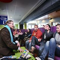 Nederland, Haarlem , 15 februari 2011..Studenten van InHolland spreken met statenleden, die campagne voeren, zoals op de foto Johan Kardol, lijsttrekker van de Christenunie Noord Holland..Foto:Jean-Pierre Jans