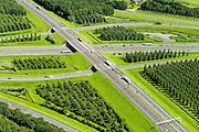 Nederland, Utrecht, Gemeente Vianen, 23-08-2016; Knooppunt Everdingen, aansluiting A27 (naar boven, noordelijk) en A2 (vlnr). Gedeeltelijk turbineknooppunt. Everdingen junction between motorway A2 en A2<br /> <br /> luchtfoto (toeslag op standard tarieven);<br /> aerial photo (additional fee required);<br /> copyright foto/photo Siebe Swart