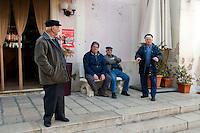 Alessano (Lecce) - un gruppo di anziani posa davanti ad un bar nella Piazza ... di Alessano.