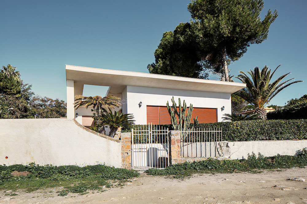 SIRACUSA, ITALIA - 8 GENNAIO 2013:  Casa costruita a Fontane Bianche, frazione di Siracusa, Italia, l'8 gennaio 2013.