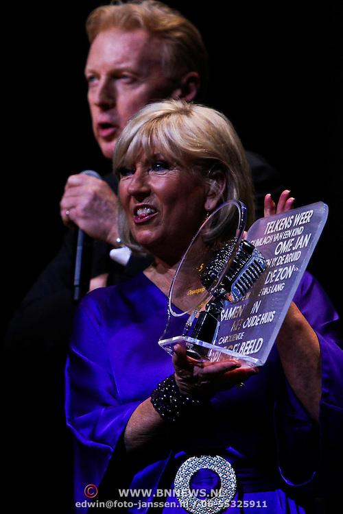 NLD/Amsterdam/20100223 - Jubileumconcert Willeke Alberti, Andre van Duin overhandigd haar de Radio 5 Nostalgia Ouvre Award