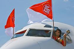 O capitao do S.C. Internacional, Fernandão mostra a taça de Campeão do Mundial interclubes da FIFA, na janela da cabine de comando do avião ao desembarcar no aeroporto Internacional de Guarulhos. FOTO: Jefferson Bernardes/Preview.com