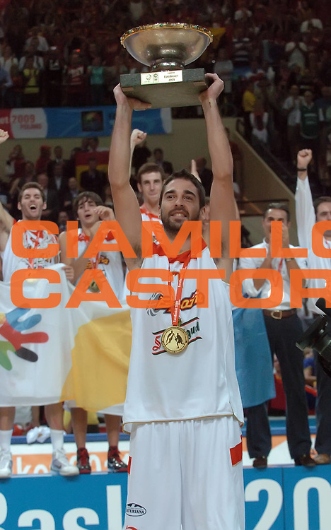DESCRIZIONE : Katowice Poland Polonia Eurobasket Men 2009 Finale 1 2 posto Final 1st 2nd place Spagna Spain Serbia<br /> GIOCATORE : Juan Carlos Navarro coppa<br /> SQUADRA : Spagna Spain<br /> EVENTO : Eurobasket Men 2009<br /> GARA : Spagna Spain Serbia<br /> DATA : 20/09/2009 <br /> CATEGORIA : premiazione esultanza<br /> SPORT : Pallacanestro <br /> AUTORE : Agenzia Ciamillo-Castoria/N.Parausic<br /> Galleria : Eurobasket Men 2009 <br /> Fotonotizia : Katowice  Poland Polonia Eurobasket Men 2009 Finale 1 2 posto Final 1st 2nd place Spagna Spain Serbia<br /> Predefinita :