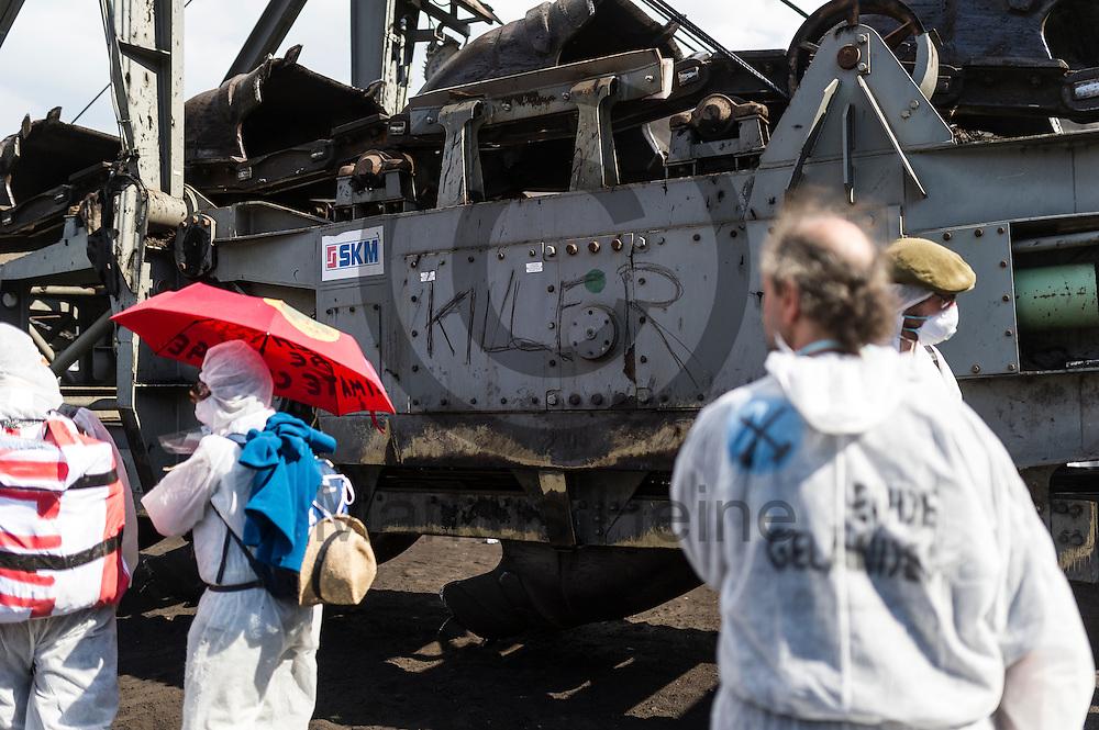 &quot;Killer&quot; wurde am 13.05.2016 im Braunkohlentagebau Welzow-S&uuml;d bei Welzow, Deutschland mit Kohle an einen Bagger geschrieben. Mehrere Tausend Aktivisten haben den  Braunkohlentagebau blockiert um gegen die Nutzung von fossilen Brennstoffen zu protestieren. Foto: Markus Heine / heineimaging<br /> <br /> <br /> ------------------------------<br /> <br /> Ver&ouml;ffentlichung nur mit Fotografennennung, sowie gegen Honorar und Belegexemplar.<br /> <br /> Bankverbindung:<br /> IBAN: DE65660908000004437497<br /> BIC CODE: GENODE61BBB<br /> Badische Beamten Bank Karlsruhe<br /> <br /> USt-IdNr: DE291853306<br /> <br /> Please note:<br /> All rights reserved! Don't publish without copyright!<br /> <br /> Stand: 05.2016<br /> <br /> ------------------------------<br /> <br /> ------------------------------<br /> <br /> Ver&ouml;ffentlichung nur mit Fotografennennung, sowie gegen Honorar und Belegexemplar.<br /> <br /> Bankverbindung:<br /> IBAN: DE65660908000004437497<br /> BIC CODE: GENODE61BBB<br /> Badische Beamten Bank Karlsruhe<br /> <br /> USt-IdNr: DE291853306<br /> <br /> Please note:<br /> All rights reserved! Don't publish without copyright!<br /> <br /> Stand: 05.2016<br /> <br /> ------------------------------