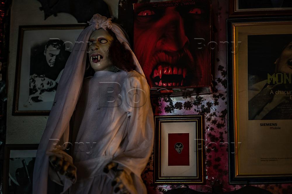 """Paris, avril 2017.<br /> «Nous avons toujours été un pays de légendes, il serait temps de l'assumer.»<br /> Jacques Sirgent, auteur né au Canada de parents français est depuis toujours un passionné des thèmes liés au vampirisme. Il a fondé le musée des vampires et monstres de l'imaginaire à Paris.On dit de lui qu'il est le 1er """"vampirologue"""" au monde.Après un passage un jardin qui se charge de vous mettre dans l'ambiance (graffitis mystiques, pierres tombales, squelettes et totems d'animaux fantastiques accrochés aux arbres, certains le disent hanté) on découvre le musée, composé d'une seule pièce.Ancien atelier de sculpture du père de Jacques Sirgent, l'endroit rassemble des centaines d'objets sur le mythe du vampire.<br /> <br /> Cette collection personnelle donne des frissons : chauve-souris conservée sous verre, rangées de livres anciens sur le Mal, tableaux, poupées, et quelques bizarreries sympathiques comme cette arbalète anti-vampire ou encore cet authentique kit de protection contre les vampires datant du XIXe siècle… Quelques pièces collector, aussi : la machine à écrire de Bram Stoker, le mythique auteur de Dracula, ou des affiches dédicacées de tous les acteurs qui ont interprété le vampire au cinéma.<br /> Le musée possède une bibliothèque dont certains ouvrages remontent au XVIIesiècle et qui se compose de plus de 1500 ouvrages<br /> Si vous êtes émotif, évitez la visite par une nuit sans lune."""
