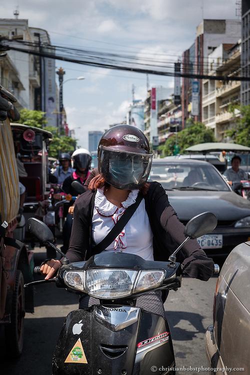 Verhältnissmässig wenige Kamodschaner können sich ein Auto leisten, Motorroller sind schon eher erschwinglich und deshalb auch  sehr zahlreich auf den Strassen Phnom Penhs.