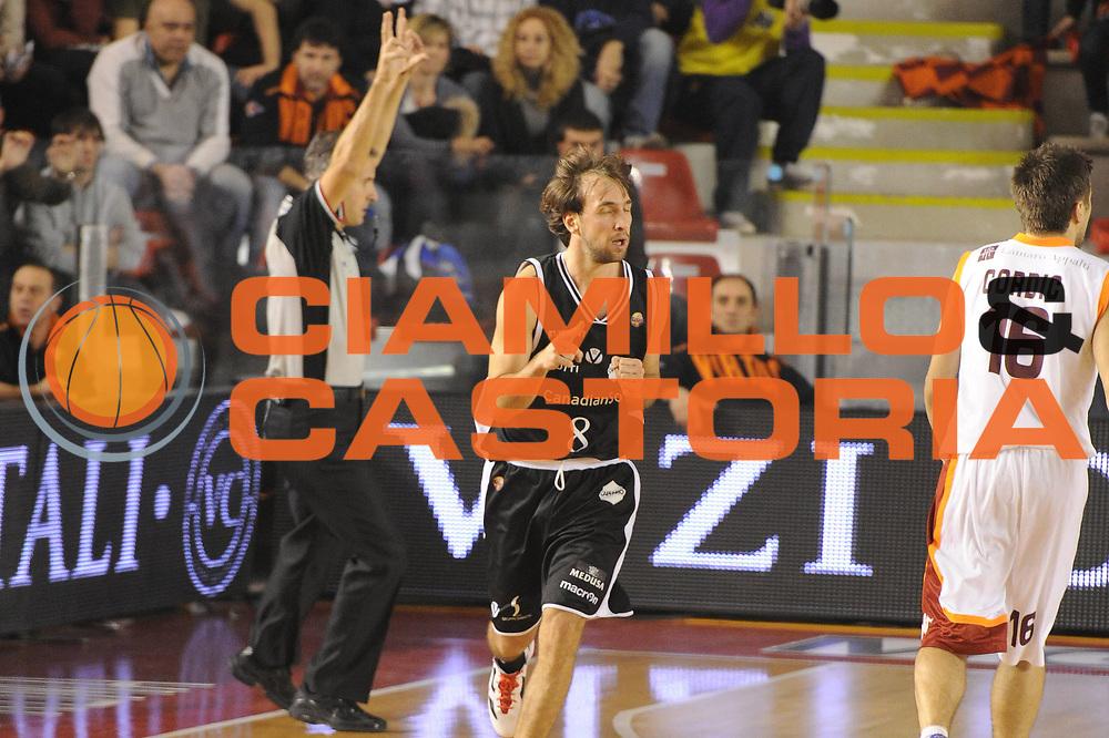 DESCRIZIONE : Roma Campionato Lega A 2011-12 Acea Roma Canadian Solar Bologna<br /> GIOCATORE : Giuseppe Poeta<br /> CATEGORIA : esultanza<br /> SQUADRA : Canadian Solar Bologna<br /> EVENTO : Campionato Lega A 2011-2012<br /> GARA : Acea Roma Canadian Solar Bologna<br /> DATA : 21/01/2012<br /> SPORT : Pallacanestro<br /> AUTORE : Agenzia Ciamillo-Castoria/GiulioCiamillo<br /> Galleria : Lega Basket A 2011-2012<br /> Fotonotizia : Roma Campionato Lega A 2011-12 Acea Roma Canadian Solar Bologna<br /> Predefinita :