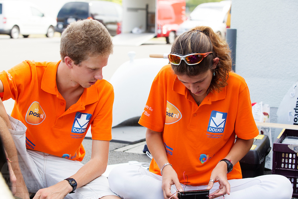 Teamleden sleutelen aan de elektronica. Het Human Power Team Delft en Amsterdam (HPT), dat bestaat uit studenten van de TU Delft en de VU Amsterdam, is in Duitsland voor een poging het uurrecord te verbreken op de Dekrabaan. In september wil het HPT daarna een poging doen het wereldrecord snelfietsen te verbreken, dat nu op 133 km/h staat tijdens de World Human Powered Speed Challenge.<br /> <br /> With the special recumbent bike the Human Power Team Delft and Amsterdam, consisting of students of the TU Delft and the VU Amsterdam, is in Gemany for the attempt to set a new hour record on a bicycle. They also wants to set a new world record cycling in September at the World Human Powered Speed Challenge. The current speed record is 133 km/h.