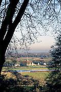 Nederland, Ubbergen, 4-12-2016Het was vandaag een dag met mooi maar koud winterweer. Heerlijkheid Beek. Geldersch landschap. Doorkijkje naar het kleinste dorp van Nederland, Persingen in de Ooijpolder. Foto: Flip Franssen