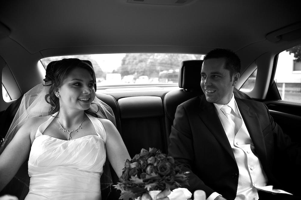 Das Brautpaar fährt zum Ort der Feier.
