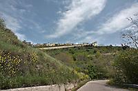 Volturara Appula: Il piccolo centro abitato sorge sul Subappennino Dauno non lontano dai confini con Molise e Campania. Il territorio è caratterizzato da diverse fonti minerali sulfuree e da alcuni corsi d'acqua e particolarmente esposto ai venti di libeccio. Il toponimo potrebbe essere una derivazione da Vultur, antico nome di questo vento.