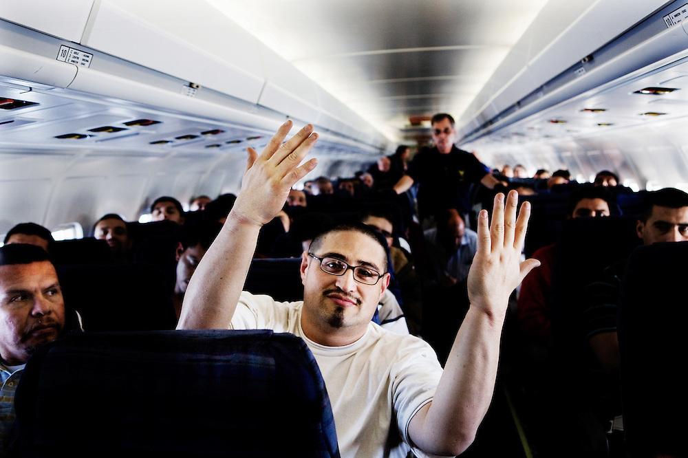 Bryan ha sido deportado cuatro veces, y sabe que aproximadamente 20 minutos antes de la llegada a El Salvador el será liberado de sus cadenas. Un avión de EE.UU. no puede aterrizar en El Salvador con un ciudadano de El Salvador en cadenas, que no ha sido condenado en El Salvador. Cuando se liberó, el muestra las manos libres en el aire.