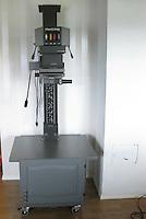 Trallen så og si ferdig. Satt på skapdør i front, hylle inni og en kraftig bjelke til å stive av ryggsøylen i bakkant. Malte endene på platene og skapdøren grå for at de skulle matche resten. Burde valgt en litt mørkere gråfarge på malingen.<br /> Inne i trallen blir det plass til papir, papirkutter, dodge/burn verktøy, strømforsyning og diverse annet utstyr.<br /> Foto: Svein Ove Ekornesvåg