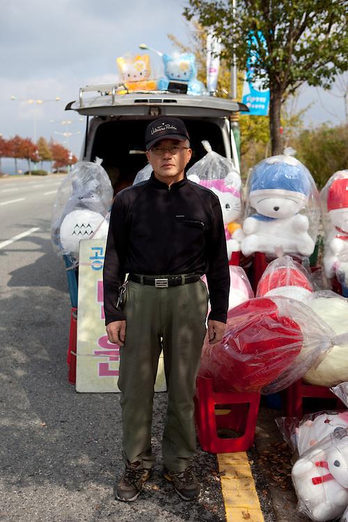 Teddy bear seller close to Gongju, this Korean city was the second capital of the Baekje kingdom from AD 475 for 70 years, South Korea, Republic of Korea, KOR, 31 November 2009.