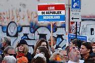 27-04-2017 KONINGSDAG 2017 TILBURG<br /> Tilburg viert Koningsdag 2017 met de koninklijke familie maar er was ook ruimte voor protest voor het afschaffen van de monarchie<br /> <br /> Foto: Geert van Erven