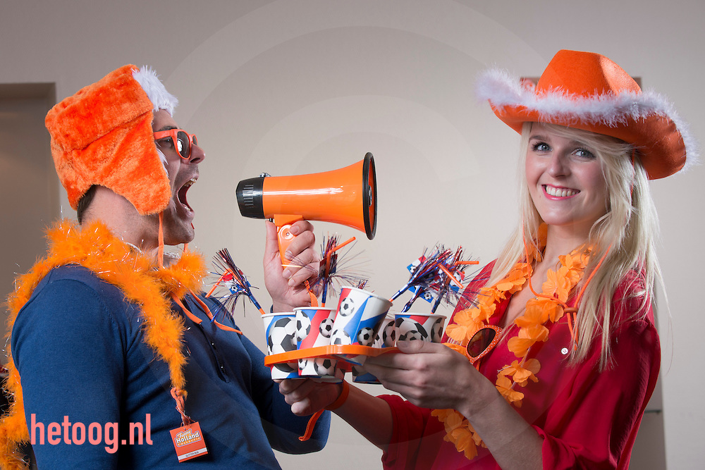 nederland, Bergentheim, 24april2015 Een medewerkster/ medewerker showen een aantal pruducten van en bij groothandel en producent van merchandise en oranje artikelen Toppoint in het overijsselse Bergentheim. Het bedrijf ontwikkelt, maakt en bedrukt artikelen zo ook oranje van kleur voor koningsdag en natuurlijk voetbal en andere oranje gekte.