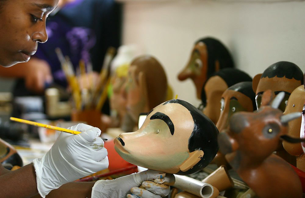 Belo Horizonte (MG) 13/10/2006...ENVIADAS - Criancas apreciando obras do museu do grupo de bonecos Giramundo, localizado no bairro Floresta...FOLHA DE S. PAULO..FOTO: LEO DRUMOND / AGENCIA NITRO