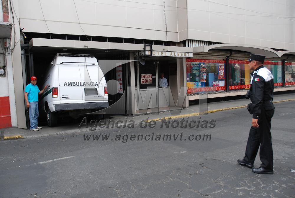 TOLUCA, México.-  Una mujer fue encontrada muerta en un hotel ubicado en las calles de Rayón e Independencia, en el centro de la ciudad de Toluca, elementos de la policía municipal y de la PGJEM, así como peritos del SEMEFO, arribaron al lugar para levantar el cuerpo. Agencia MVT / José Hernández. (DIGITAL)