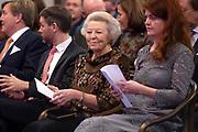 Koning Willem-Alexander reikt in het Koninklijk Paleis de Erasmusprijs uit aan de Amerikaanse journaliste en schrijfster Barbara Ehrenreich.De Erasmusprijs wordt jaarlijks toegekend aan een persoon of instelling die binnen het kader van de culturele tradities van Europa een belangrijke bijdrage heeft geleverd op het gebied van cultuur, humaniora of sociale wetenschappen.<br /> <br /> King Willem-Alexander hands out the Erasmus Prize in the Royal Palace to the American journalist and writer Barbara Ehrenreich. The Erasmus Prize is awarded annually to a person or institution that has made an important contribution within the framework of the cultural traditions of Europe in the field of culture, humanities or social sciences.<br /> <br /> Op de foto / On the photo:  Prinses Beatrix / Princess Beatrix