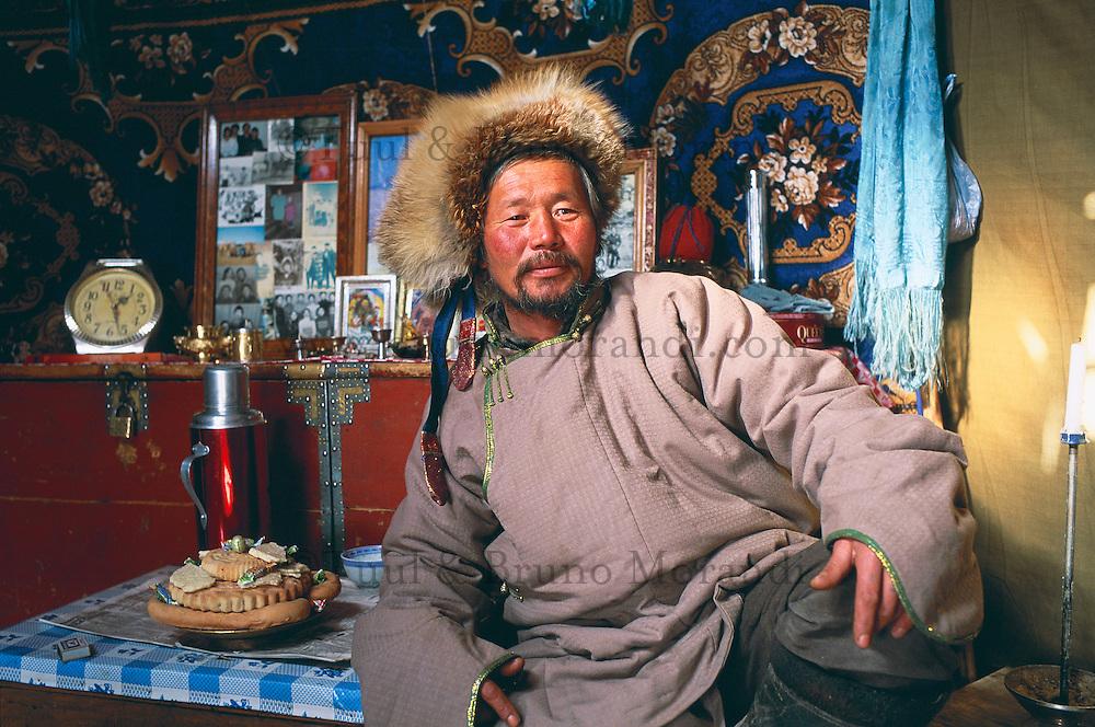 Mongolie. Province de Töv en hiver. Nomade dans sa yourt. // Mongolia Töv province in winter. Nomad inside a yurt.