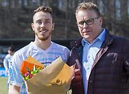 FODBOLD: Månedens spiller i FC Helsingør Matheus Leiria får overrakt blomster af direktør Janus Kyhl før  kampen i ALKA Superligaen mellem FC Helsingør og Hobro IK den 8. april 2018 på Helsingør Stadion. Foto: Claus Birch.