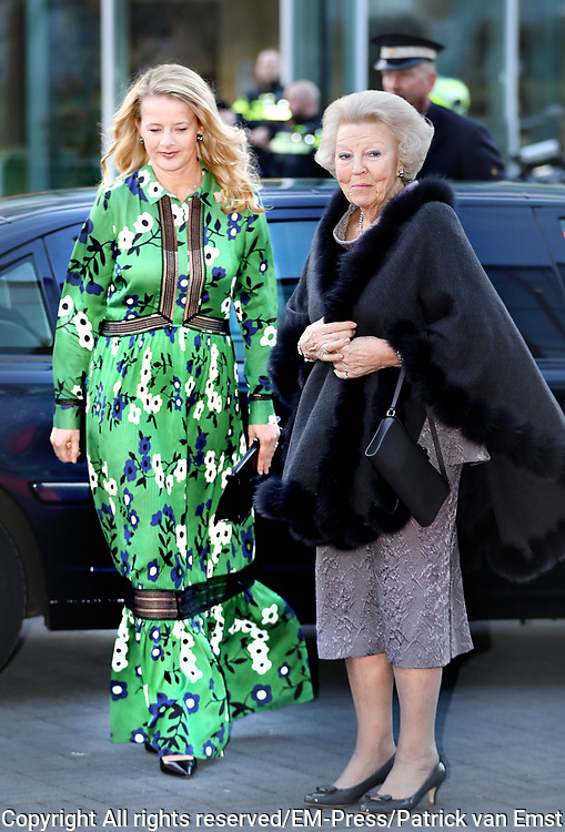Prinses Beatrix en Prinses Mabel bij uitreiking vierde Prins Friso Ingenieursprijs. Deze vindt plaats op de 'Faculty of Science and Engineering' van de Rijksuniversiteit Groningen.  <br /> <br /> Princess Beatrix and Princess Mabel celebrates Prince Friso Ingenieursprijs at the award ceremony. This takes place at the 'Faculty of Science and Engineering' of the University of Groningen.<br /> <br /> Op de foto / On the photo: