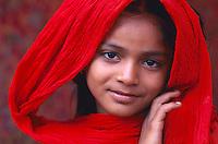 """Pakistan - Hijra, les demi-femmes du Pakistan - Hina 10 ans est née dans les environs d'Harappa. Elle travaille depuis deux ans. <br /> Son """"oncle"""" l'a emmené avec lui dans un cirque. Elle envoi l'argent à sa mère et espère être danseuse. Elle n'a jamais été à l'école.  // Pakistan. Punjab province. Hijra, the half woman of Pakistan"""