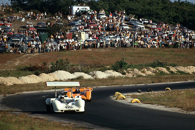 Jim Hall in Chaparral 2G leading Bruce McLaren in McLaren M8-Chevrolet at the 1968 Bridgehampton Can-Am.