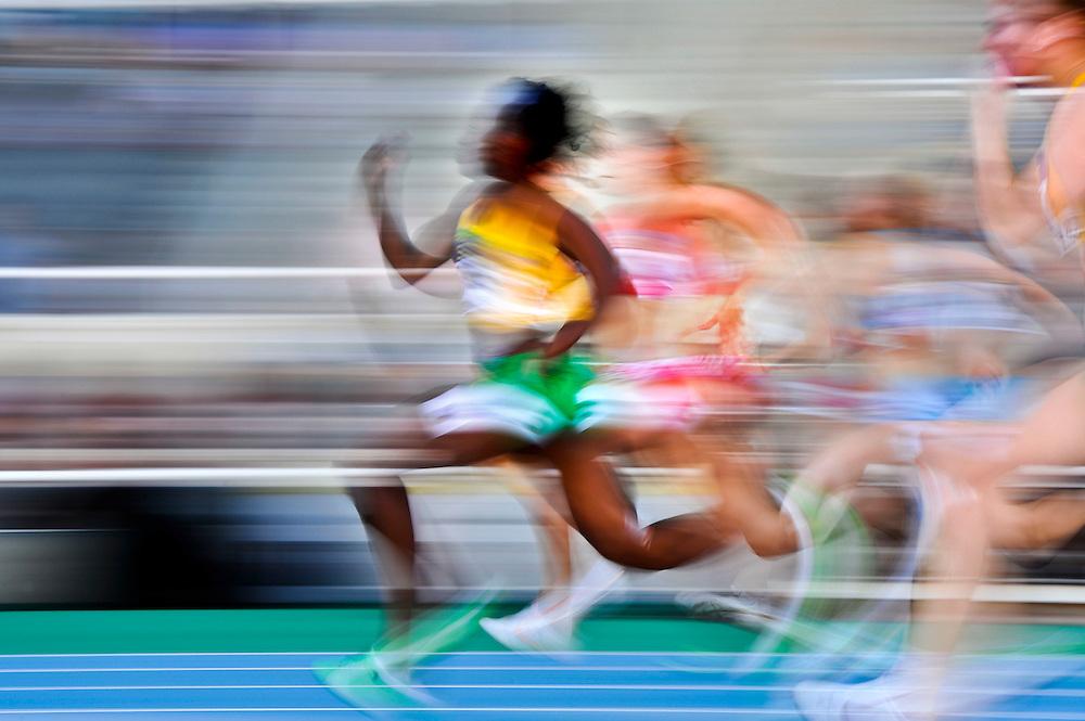 Atletas durante la serie de clasificación de los 100 metros femeninos en el primer día de los 14º IAAF Mundiales Junior de Atletismo en el Estadio Olímpico Lluis Companys de Barcelona, España el 10 de Julio del 2012.