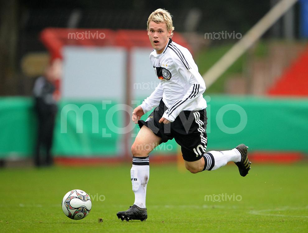 FUSSBALL  INTERNATIONALES FREUNDSCHAFTSSPIEL   SAISON 2009/2010  Deutschland U18 - Algerien U18            10.10.2009 Christopher BUCHTMANN (Deutschland) Einzelaktion am Ball
