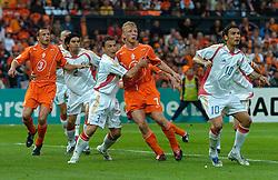 04-06-2005 VOETBAL: NEDERLAND-ROEMENIE: ROTTERDAM <br /> Het Nederlands elftal heeft weer een stap gezet richting het WK van volgend jaar in Duitsland. In Rotterdam werd Roemenië met 2-0 verslagen / Dirk Kuyt en Johnny Heitinga<br /> ©2005-WWW.FOTOHOOGENDOORN.NL