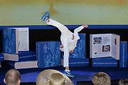 Het Droomboek is vandaag gepresenteerd op Paleis Het Loo in Apeldoorn. Het eerste exemplaar van het boek met toekomstdromen voor ons Koninkrijk werd aangeboden aan Koning Willem-Alexander in het bijzijn van honderden trotse inzenders van de dromen en Koningin Maxima.<br /> <br /> The Dream Book is presented today at Het Loo Palace in Apeldoorn. The first copy of the book with dreams of the future for our Kingdom was offered to King Willem-Alexander in front of hundreds of proud contributors of the dreams and Queen Maxima.<br /> <br /> Op de foto / On the photo: <br />  Optreden