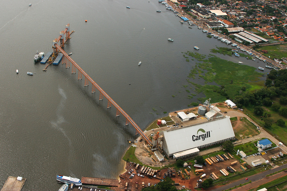 May 19th 2006. Santarem (Para State, Brazil)..Greenpeace ship MY Arctic Sunrise blocks the discharge of a barge loaded with soya at Cargill facility in Santarem. Soya expansion is one of the leading causes of deforestation in the Amazon...©Daniel Beltra