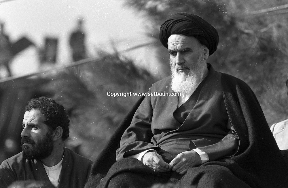 Iran - 01/02/1979/ -  arrival of of the ayatollah Khomeyni in  Iran,  a crowd more than one million people aclaimed the political and spiritual leader, big meeting in Beeshte zara cemetery /// l'ayatollah khomeyni  a teheran apres 15 ans de relegation - une foule de plus de un million de personnes qui l'attend depuis des heures l  acclame comme un dieu vivant. Grand meeting au cimetiere de Behesht-e-Zara /// IRAN25308 03
