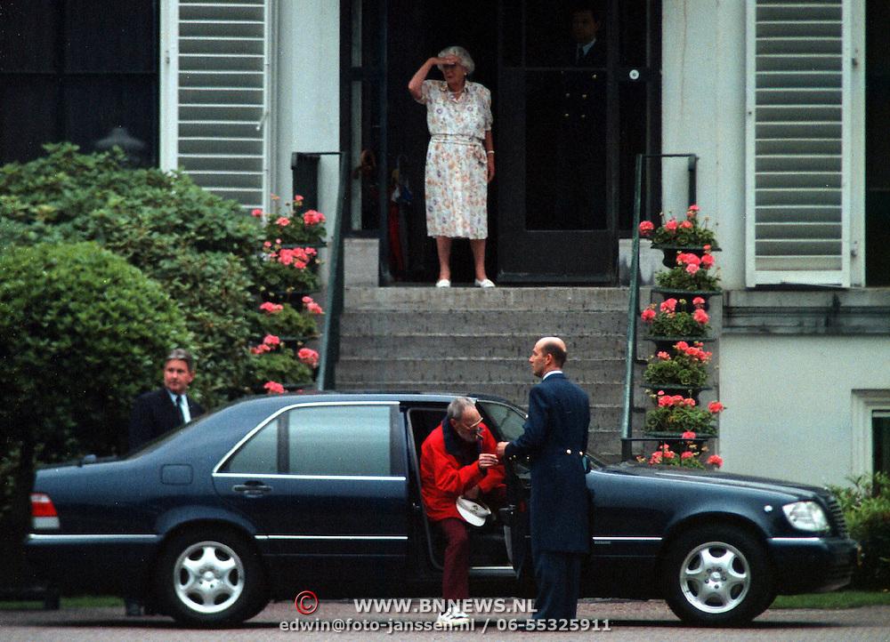 Verjaardag Pr.Bernhard, prins Bernhard vertrekt met de auto, prinses Juliana kijkt toe