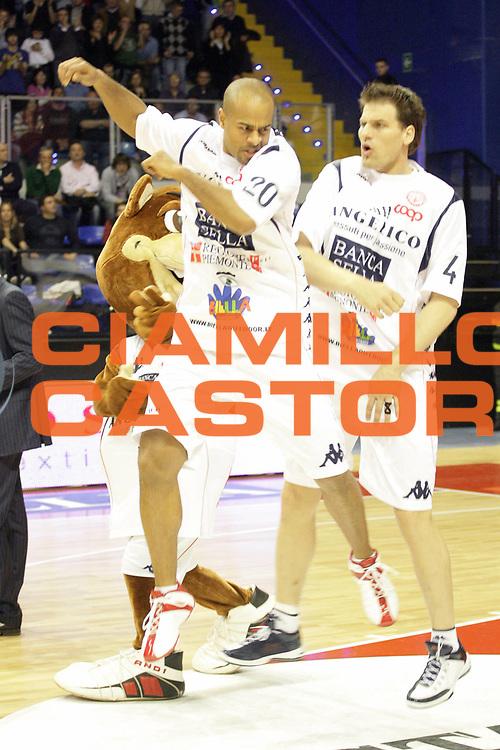 DESCRIZIONE : Biella Lega A 2008-09 Angelico Biella Solsonica Rieti<br /> GIOCATORE : Joe Smith Goran Jurak<br /> SQUADRA : Angelico Biella<br /> EVENTO : Campionato Lega A 2008-2009 <br /> GARA : Angelico Biella Solsonica Rieti<br /> DATA : 15/03/2009 <br /> CATEGORIA : Esultanza<br /> SPORT : Pallacanestro <br /> AUTORE : Agenzia Ciamillo-Castoria/S.Ceretti