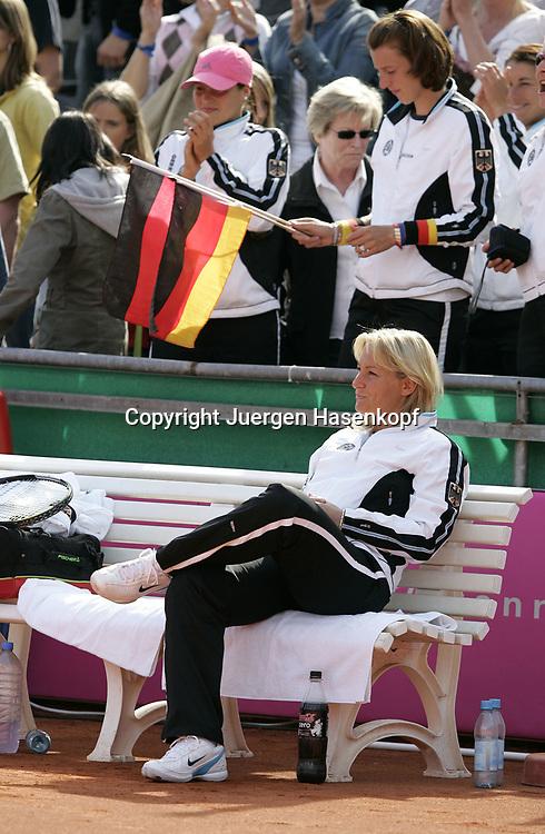 Fed Cup Germany - Croatia , ITF Damen Tennis Turnier in Fuerth, Wettbewerb der Mannschaft von Deutschland gegen Kroatien, Kapitaen Barbara Rittner (GER) sitzt zufrieden auf der Bank, dahinter Spielerin Kristina Barrois mit Deutschland Fahne.<br />Foto: Juergen Hasenkopf<br />B a n k v e r b.  S S P K  M u e n ch e n, <br />BLZ. 70150000, Kto. 10-210359,<br />+++ Veroeffentlichung nur gegen Honorar nach MFM,<br />Namensnennung und Belegexemplar. Inhaltsveraendernde Manipulation des Fotos nur nach ausdruecklicher Genehmigung durch den Fotografen.<br />Persoenlichkeitsrechte oder Model Release Vertraege der abgebildeten Personen sind nicht vorhanden.