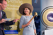 Koningin Maxima opent nieuw Bezoekerscentrum DNB ( De Nederlandse Bank ) . Het bezoekerscentrum draagt bij aan de financiele educatie van jongeren. <br /> <br /> Queen Maxima opens new Visitor Centre DNB (the Dutch Central Bank). The visitor center will contribute to the financial education of young people.<br /> <br /> Op de foto:  Koningin Maxima verricht de openingshandeling // Queen Maxima preforms the opening ceremony