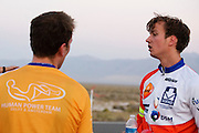 Teleurstelling bij het HPT. Rik Houwers heeft op vrijdagavond 132,3 km/h gereden met de VeloX4, wat net onder het huidige wereldrecord is. Het Human Power Team Delft en Amsterdam (HPT), dat bestaat uit studenten van de TU Delft en de VU Amsterdam, is in Amerika om te proberen het record snelfietsen te verbreken. Momenteel zijn zij recordhouder, in 2013 reed Sebastiaan Bowier 133,78 km/h in de VeloX3. In Battle Mountain (Nevada) wordt ieder jaar de World Human Powered Speed Challenge gehouden. Tijdens deze wedstrijd wordt geprobeerd zo hard mogelijk te fietsen op pure menskracht. Ze halen snelheden tot 133 km/h. De deelnemers bestaan zowel uit teams van universiteiten als uit hobbyisten. Met de gestroomlijnde fietsen willen ze laten zien wat mogelijk is met menskracht. De speciale ligfietsen kunnen gezien worden als de Formule 1 van het fietsen. De kennis die wordt opgedaan wordt ook gebruikt om duurzaam vervoer verder te ontwikkelen.<br /> <br /> Rik Houwers rode 82,18 mph with the VeloX4, not enough for a new record. The Human Power Team Delft and Amsterdam, a team by students of the TU Delft and the VU Amsterdam, is in America to set a new  world record speed cycling. I 2013 the team broke the record, Sebastiaan Bowier rode 133,78 km/h (83,13 mph) with the VeloX3. In Battle Mountain (Nevada) each year the World Human Powered Speed Challenge is held. During this race they try to ride on pure manpower as hard as possible. Speeds up to 133 km/h are reached. The participants consist of both teams from universities and from hobbyists. With the sleek bikes they want to show what is possible with human power. The special recumbent bicycles can be seen as the Formula 1 of the bicycle. The knowledge gained is also used to develop sustainable transport.