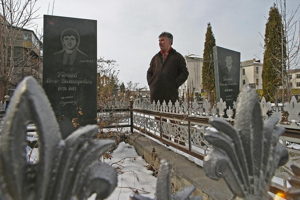 """Der """"Helden-Friedhof"""" der gefallenen Osseten im Sezessionskrieg. Der Friedhof ist auf dem Pausenhof einer Schule in Zchinvali errichtet worden. Südossetien erklärte sich 1990 selbsständig und konnte den folgenden Sezessionskrieg gegen die Georgier für sich entscheiden. Zwischen Georgien und der abtrünnigen Region, die den Anschluß an die Russische Förderation fordert, kommt es trotz des Waffenstillstandsabkommens von 1992 immer wieder zu bewaffneten Ausseinandersetzungen. (A Cemetery of the fallen fighters of the civil war. The cemetery is located on a former schoolyard. South Ossetia is a de facto independent republic located within the internationally recognized borders of Georgia. Although this former Soviet autonomous region has declared its independence in 1990. After the following civil war between georgians and ossetians ends in 1992, most parts of the territory is ossetian controlled, while some villages with georgian population are administratedby an georgian """"Alternative Government"""".)"""