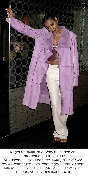 Singer SONIQUE at a party in London on 19th February 2001.	OLL 115