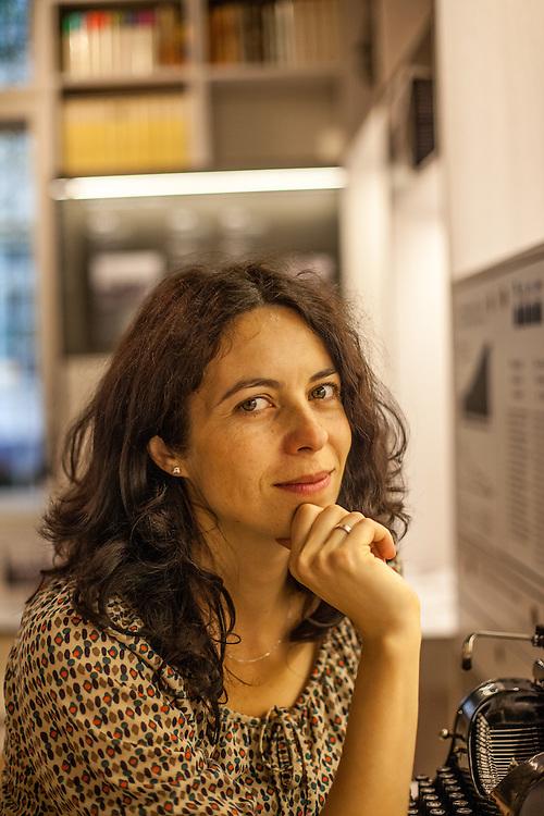 Dr. Lucie ?ernohousová - Mitbegründerin des Prager Literaturhauses vor der Schheibmaschine von Lenka Reinerova fotografiert im Kabinett  der Prager deutschsprachigen Literatur.