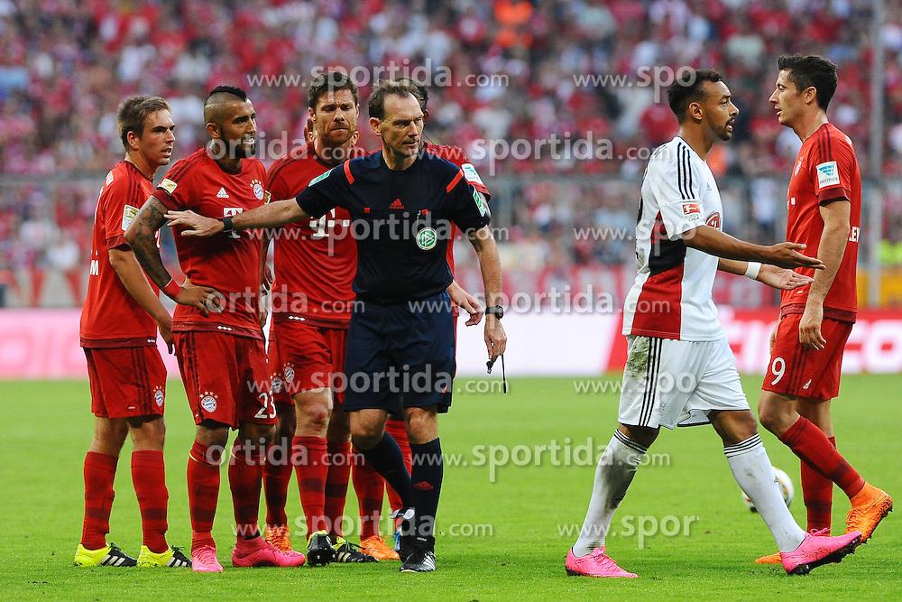 29.08.2015, Allianz Arena, Muenchen, GER, 1. FBL, FC Bayern Muenchen vs Bayer 04 Leverkusen, 3. Runde, im Bild vl. Philipp Lahm (FC Bayern Muenchen), Arturo Vidal (FC Bayern Meunchen), Xabi Alonso (FC Bayern Muenchen) und Schiedsrichter Florian Mayer (Burgdorf). Karim Bellarabi (Bayer 04 Leverkusen) und Robert Lewandowski (FC Bayern Muenchen) // during the German Bundesliga 3rd round match between FC Bayern Munich and Bayer 04 Leverkusen at the Allianz Arena in Muenchen, Germany on 2015/08/29. EXPA Pictures &copy; 2015, PhotoCredit: EXPA/ Eibner-Pressefoto/ Stuetzle<br /> <br /> *****ATTENTION - OUT of GER*****