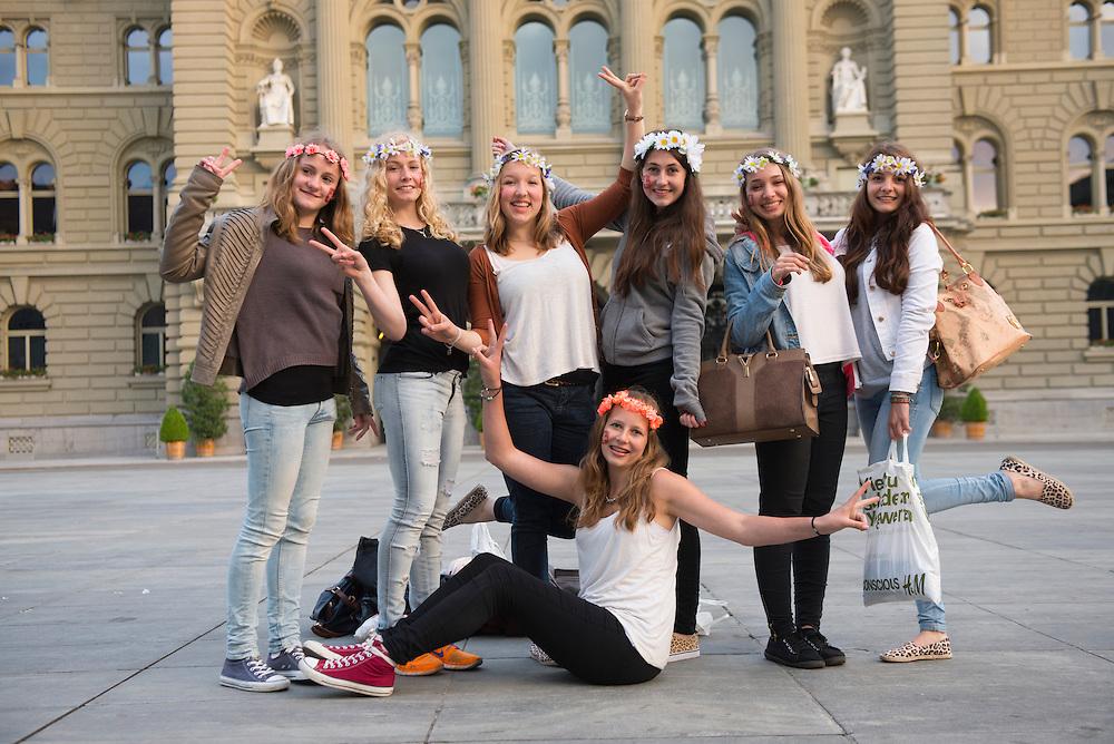 Europe; Switzerland; Bern, girls in front of Bundeshaus