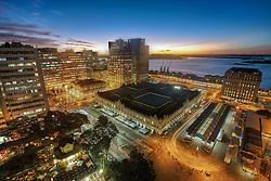 O Centro Histórico é um bairro de Porto Alegre, capital do estado do Rio Grande do Sul. Foi criado pela lei 2022 de 7 de dezembro de 1959 com o nome de Centro e alterado pela lei 4685 de 21 de dezembro de 1979. Em 22 de janeiro de 2008 sua denominação atual foi fixada pela lei nº 10.364. Seus limites são: Avenida Loureiro da Silva; Avenida João Goulart até seu encontro com a Avenida Mauá; desta, até a sua convergência com a Avenida Presidente Castelo Branco; desta, até seu encontro com o Largo Vespasiano Júlio Veppo; deste, até o Complexo Viário Conceição (túnel, elevadas, acessos e Rua da Conceição), em seu prolongamento até a Rua Sarmento Leite; desta, até a Rua Engenheiro Luiz Englert; desta, até seu encontro com a Avenida Perimetral; e, desta, até a confluência da Avenida Loureiro da Silva. FOTO: Jefferson Bernardes/Preview.com