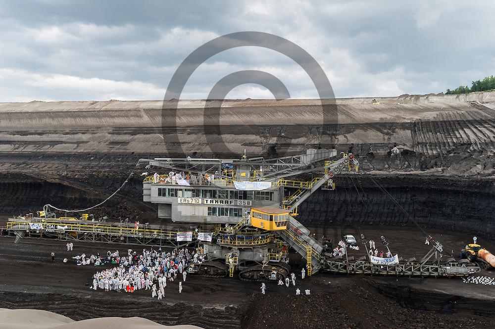 Aktivsten stehen am 13.05.2016 im Braunkohlentagebau Welzow-S&uuml;d bei Welzow, Deutschland um einen besetzen Bagger. Mehrere Tausend Aktivisten haben den  Braunkohlentagebau blockiert um gegen die Nutzung von fossilen Brennstoffen zu protestieren. Foto: Markus Heine / heineimaging<br /> <br /> <br /> ------------------------------<br /> <br /> Ver&ouml;ffentlichung nur mit Fotografennennung, sowie gegen Honorar und Belegexemplar.<br /> <br /> Bankverbindung:<br /> IBAN: DE65660908000004437497<br /> BIC CODE: GENODE61BBB<br /> Badische Beamten Bank Karlsruhe<br /> <br /> USt-IdNr: DE291853306<br /> <br /> Please note:<br /> All rights reserved! Don't publish without copyright!<br /> <br /> Stand: 05.2016<br /> <br /> ------------------------------<br /> <br /> ------------------------------<br /> <br /> Ver&ouml;ffentlichung nur mit Fotografennennung, sowie gegen Honorar und Belegexemplar.<br /> <br /> Bankverbindung:<br /> IBAN: DE65660908000004437497<br /> BIC CODE: GENODE61BBB<br /> Badische Beamten Bank Karlsruhe<br /> <br /> USt-IdNr: DE291853306<br /> <br /> Please note:<br /> All rights reserved! Don't publish without copyright!<br /> <br /> Stand: 05.2016<br /> <br /> ------------------------------