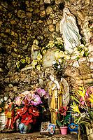 Gruta de Nossa Senhora de Lourdes, próxima à entrada das Termas de São João. São João do Oeste, Santa Catarina, Brasil. / Sanctuary to Our Lady of Lourdes. Sao Joao do Oeste, Santa Catarina, Brazil.